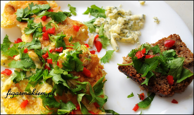 Omlet z serem pleśniowym i chilli