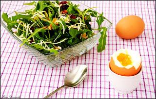 Sałatka śniadaniowa i jajka prosto od kury