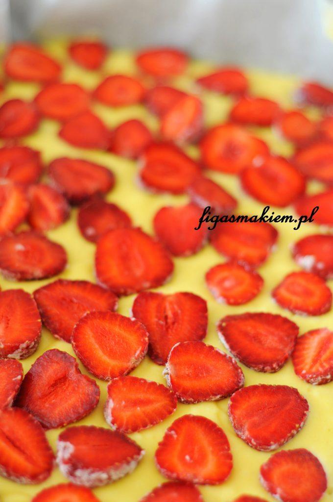 ciasto z truskawkami przed wstawieniem do piekarnika