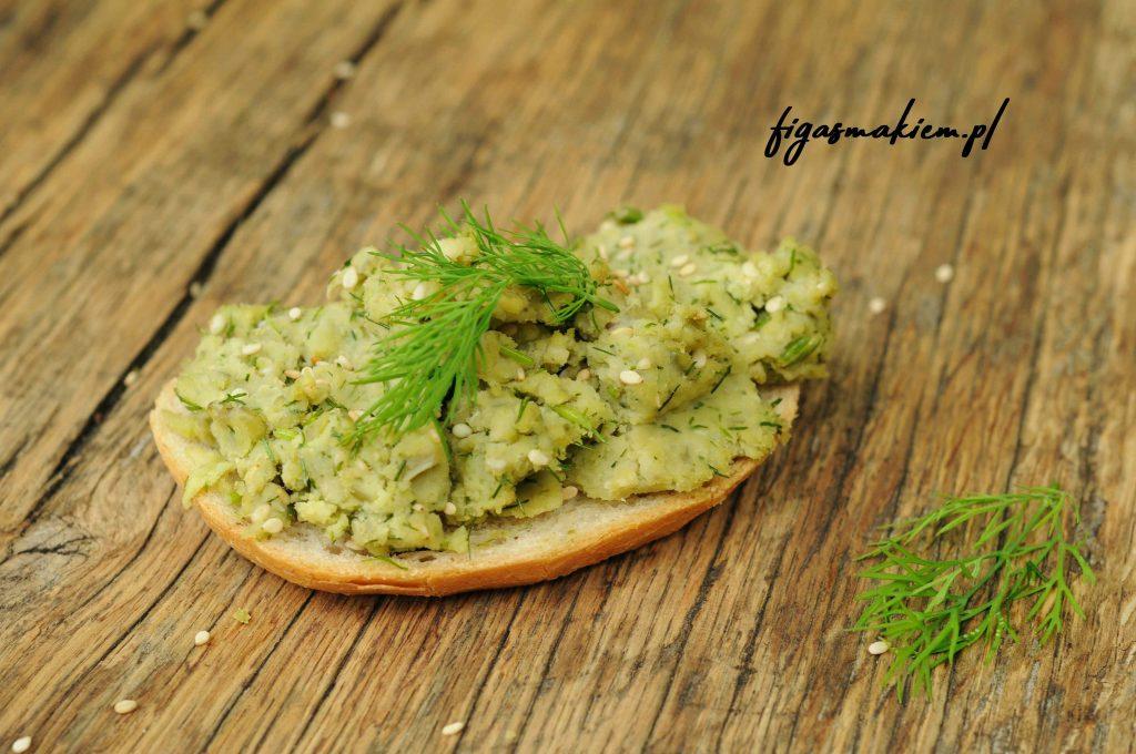 pasta z zielonego groszku na kanapce
